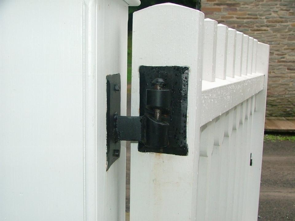 Cerniere per cancelli cancelli for Cancelli di legno per giardino