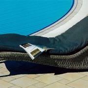 chaise longue da piscina con copertura