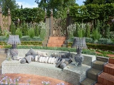 salotto da giardino con lampade