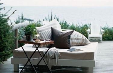 salotto da giardino bianco con cuscini