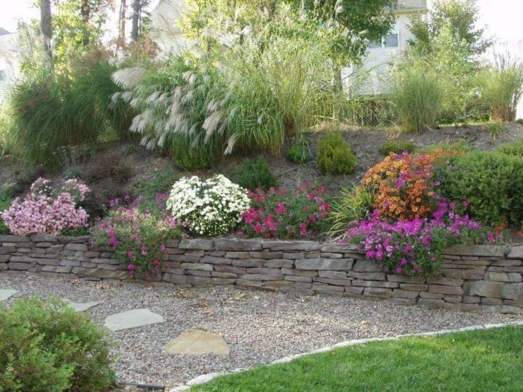 giardino decorato con sassi e ghiaia