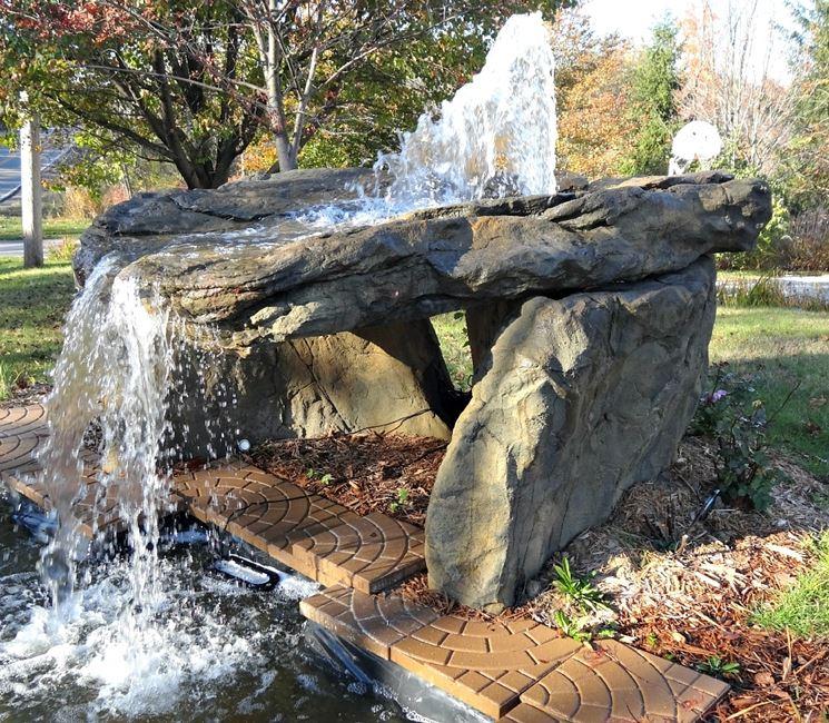 Cascate pietra giardino acqua come realizzare una for Cascate in giardino